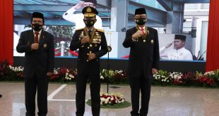 Kapolri Beri Tanda Kehormatan Bintang Bhayangkara Utama Kepada Menteri PANRB